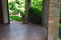 Elegante villa di mq. 400 con giardino piantumato di 1500 mq. in Scanzorosciate