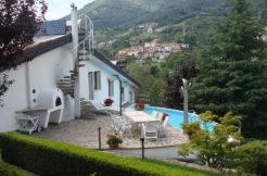 Prestigiosa villa totalmente immersa nella natura accanto al golf di Bergamo