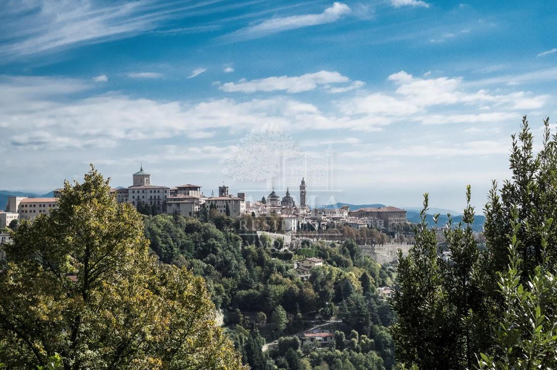 Colli di Bergamo – splendido attico con giardino